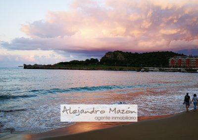 Playa Brazomar pareja andando sobre la arena