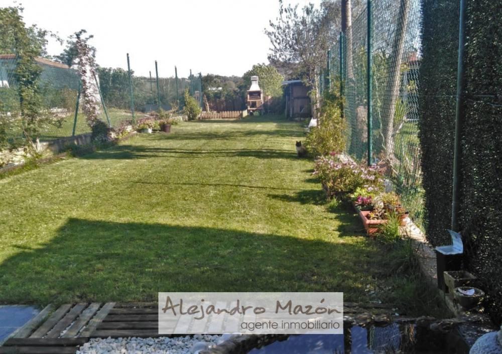 Jardin con barbacoa. Chalet en venta en Castro-Udiales